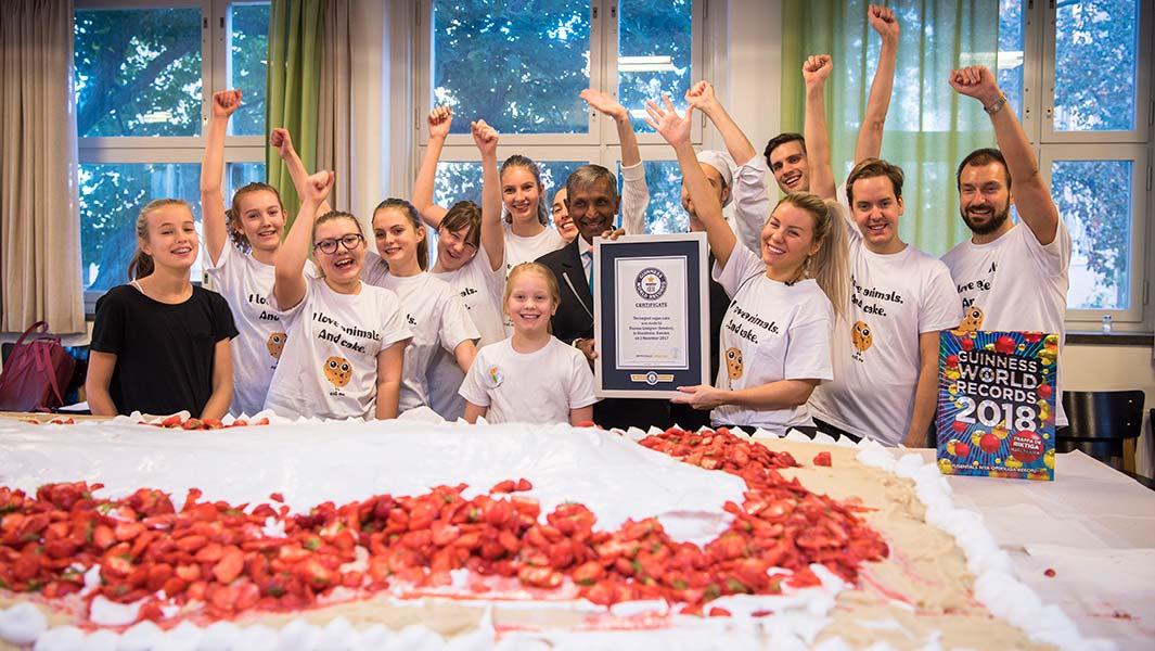 Svensk youtuber bakar största vegantårtan för Guinness World Records